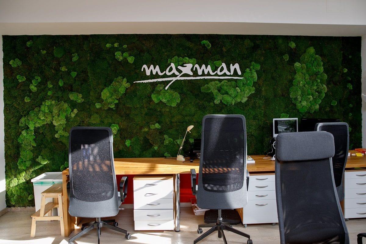 steny z machu do kancelárie