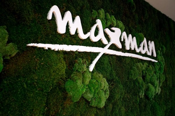 zelena machova stena s logom